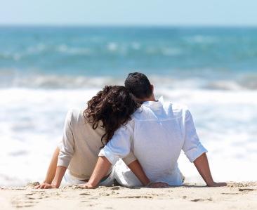 Bermesraan berdua di pantai bersama pasangan sambil menunggu sunset