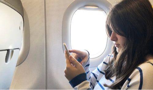 Ilustrasi Menyalakan Handphone di Pesawat