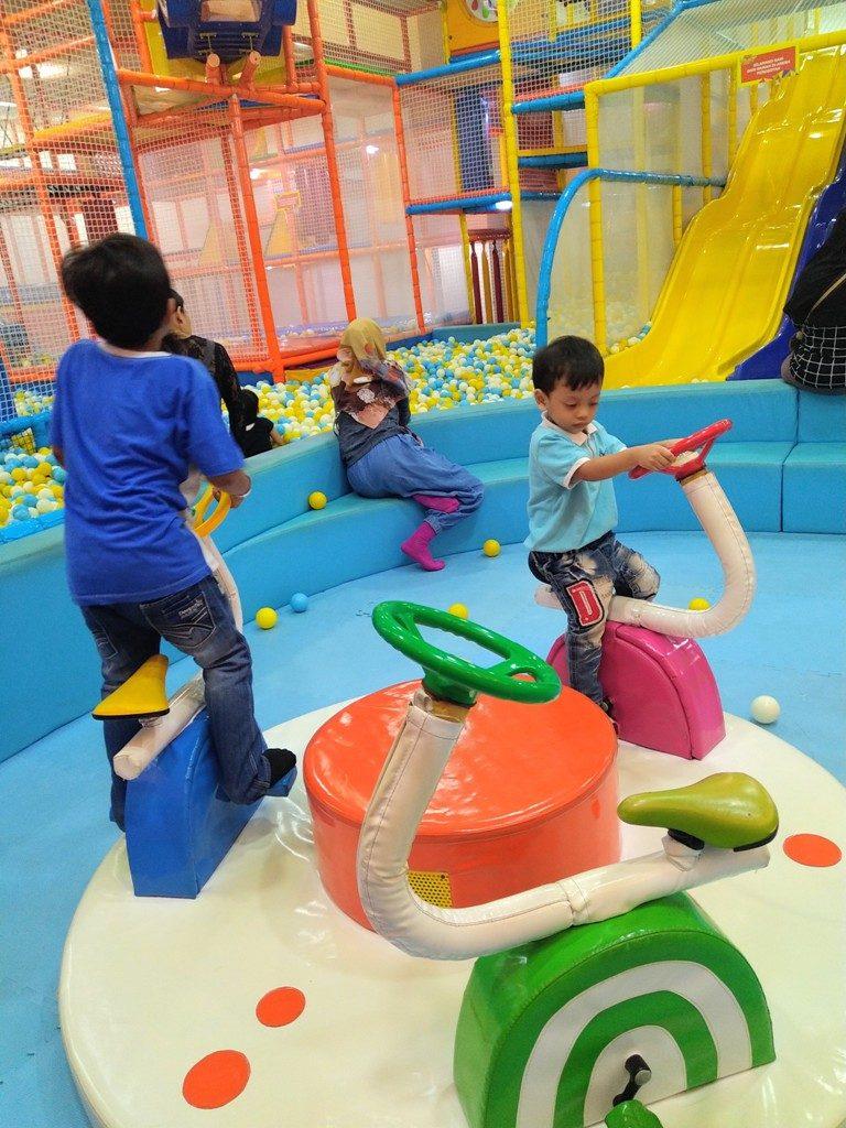 bermain di playground anak timezone
