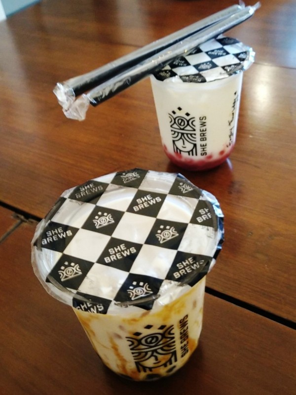 SheBrews Boba Milk Tea dan Strawberry Sakura Boba